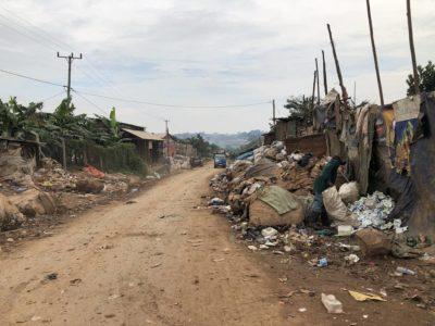 Straße zur Kiteezi Mülldeponie Kampala