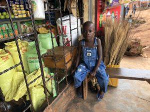 Junge in Kazo Kawempe vor Shop