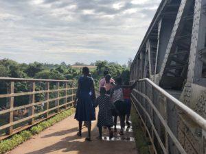 Kinder auf Nilbrücke in Jinja