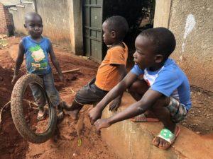 Kinder mit Reifen in Kazo Kawempe