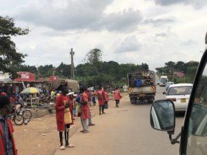 Straßenverkehr Uganda zwischen Masindi und Kampala